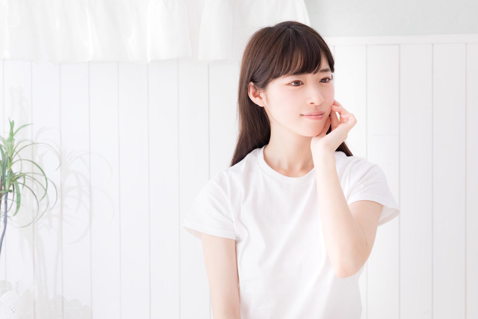 白Tを着た女性